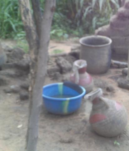Jarres recouvertes par des morceaux de moustiquaires. Source : Estelle Kouokam Magne